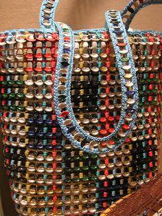 Sacola para compras feita com lacres de latinhas de metal reaproveitados.  Fotografia: Paula R. Lively no Flickr.