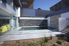 Aménagement d'une petite piscine en arrière de la maison en plein milieu d'une petite terrasse