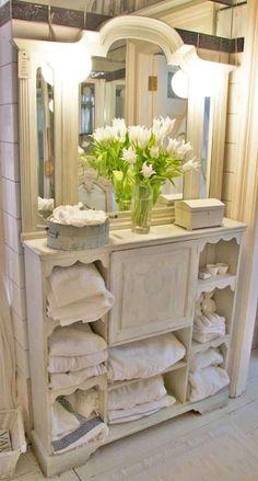Arredare il bagno in stile romantico - Mobile con specchio