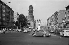 Berlin: Kurfürstendamm, Ecke Joachimstaler Straße mit Schild; mit Fahnenschmuck (1955)