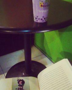 Tapioca lover  #mafalda #book #reading #milktea #tapioca #taro #taroshake #purple #soyis #tranqui #metime #yamerito #latepost #waiting by layla.jannette