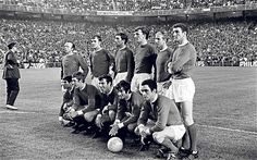 The United team before the 1968 European Cup semi-final against Real Madrid in the Bernabeau World Football, School Football, Football Team, Manchester United Champions, Manchester United Football, Man Utd Fc, Manchester United Wallpaper, Bobby Charlton, European Cup