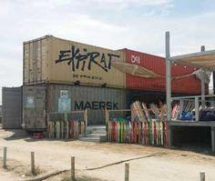 Stiri containere, baruri si cluburi pe plaja din Vama Veche realizate din containere maritime modificate, stiri containere utilizate pe plaja.