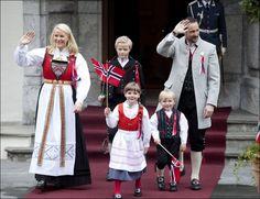 Her er kronprins Haakon, kronprinsesse Mette-Marit, prinsesse Ingrid Alexandra, prins Sverre Magnus og Marius Borg Høiby 17. mai 2010.