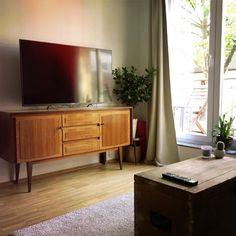 Wohnzimmer Mit Schöner Kommode In Warmen Herbstfarben. WG Zimmer In Köln.  #Herbst