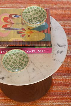Livros sempre a mão, proposta que é a cara da Marina Linhares. #decoração #mesalateral