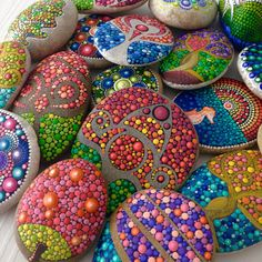 All designs are hand painted using acrylic paint and are protected using high quality gloss varnish. All stones are signed on the back. All pebbles/stones will be carefully packaged to ensure they reach you in perfect condition and sent with Priority Air Mail.