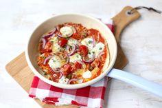 Met brood en een paar ingrediënten zoals tomatensaus en geraspte kaas draai je binnen een mum van tijd een lekkere panpizza in elkaar. Bekijk het recept.