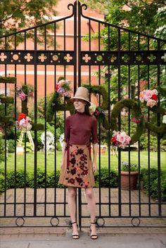 Guarda la sfilata di moda Lela Rose a New York e scopri la collezione di abiti e accessori per la stagione Pre-collezioni Primavera Estate 2018.