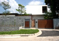 The subtle low scale of this good class bungalow from the street hides a 12m lap pool and a single storey living room pavilion sited on one side of a large glazed and timber screened entrance foyer. On the other side of the pool, the dining space, kitchen, and bedrooms are housed on a long …