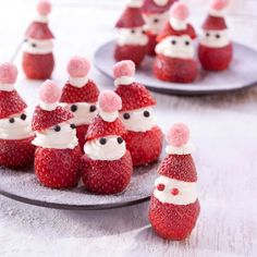 Whipped cream and strawberries. Christmas Snacks, Christmas Baking, Christmas Time, Do It Yourself Food, Good Food, Yummy Food, Fun Food, Xmas Dinner, Dutch Recipes
