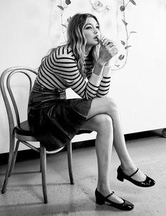 Marinière + jupe trapèze en cuir taille haute + babies vernies = le bon mix (photo Vogue)