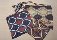 Yicas elaboradas por artesanas wichi (pueblo originario de la región chaqueña de Salta) con fibra vegetal (chaguar) y teñidas con tintes naturales.   Los diseños pertenecen a su cultura.