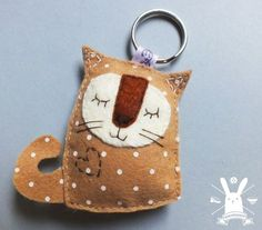 Brown Cat www. Diy Keychain, Keychains, Felt Bookmark, Brown Cat, Felt Cat, Sewing Projects For Kids, Felt Patterns, Cat Crafts, Felt Fabric