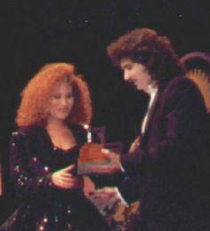 Selena receiving an award fron the 1989 Tejano Music Awards Selena Quintanilla Perez, Suzette Quintanilla, Selena And Chris Perez, Mexican American, Best Artist, American Singers, Music Awards, Role Models, Concert