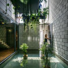 Construido en 2015 en São Paulo, Brasil. Imagenes por Nelson Kon. Esta casa representa una situación muy común en Sao Paulo, un terreno largo y estrecho de tierra [5.6x 30.0m], con sólo el alzado frontal libre de...
