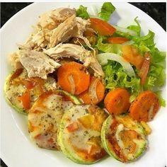 """4,491 Me gusta, 53 comentarios - 📍Recetas Saludables💪 (@_recetas_saludables_) en Instagram: """"El almuerzo de hoy 😌. . Buen provecho . Ensalada de lechuga, tomate y cebolla Pechuga de pollo…"""" Caprese Salad, Cobb Salad, Menu Dieta, Healthy Life, Health Fitness, Low Carb, Lunch, Healthy Recipes, Chicken"""