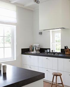 Witte keuken donkergrijs werkblad houten vloer - Donkergrijs werkblad ...