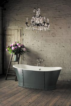 Lady luxurious | Freestanding tub and chandelier