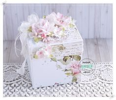 Scrapbooking, handmade cards and papercrafts by Lady E. Vintage, chipboards, shabby and more. Box Cards Tutorial, Card Tutorials, Scrapbook Box, Scrapbooking, Diy Easel, Exploding Box Card, Magic Box, Engagement Cards, Shaped Cards