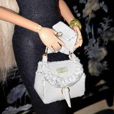 Bolso en polipiel gris, cosido a mano con gran realismo, forrado y con bolsillo interior, con cartera a juego. Disponible para la venta, una unidad