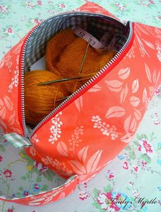 Love my new box bag! Shoe box size project bag for my knitting. Try my box bag tutorial and make one for yourself!