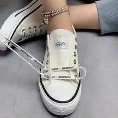 Ways To Lace Shoes, How To Tie Shoes, How To Tie Converse, How To Lace Vans, White Converse Outfits, Diy Fashion Hacks, Fashion Tips, Diy Clothes And Shoes, Tie Shoelaces