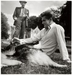 Jean Marais et Jean Cocteau sur la pelouse de leur maison du Bailli à Milly-la-Forêt avec Moulouk, le chien de Jean Marais (Sam Lévin, vers 1950)