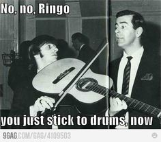 People mistaking the violin/cello/other strings for a guitar: funny One of them being Ringo Starr of The Beatles: hilarious. Ringo Starr, George Harrison, Funny Celebrity Pics, Funny Photos, Paul Mccartney, John Lennon, Beatles Meme, Beatles Band, Beatles Guitar