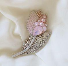 Автор @erokhina_studio ВСЕ ГОТОВО! ПРИНИМАЙТЕ РАБОТУ!🤩 ⠀ Привет, девочки! Ну что скажете? Справилась я с заданием? ⠀ Не могу сказать, что… Tambour Embroidery, Bead Embroidery Jewelry, Floral Embroidery, Girls Jewelry, Jewelry Art, Beaded Jewelry, Bracelet Patterns, Beading Patterns, Brooches Handmade