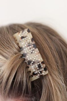 Hårkam- StrikkerNB! Dette er en forhåndsbestilling, produktet ventes i nettbutikk i begynnelsen av august.Superpopulær og trendy hårkammed tekst. Denne kammenhar teksten: Strikkeri swarowski krystaller.Kammen sitter godt i håret selv på de med glatt hår. Sitter godt i tynt og tykt hår.Den er 8 cm x 6 cmSupre gaver til den strikkeglade, eller til deg selv. Bobby Pins, Hair Accessories, Beauty, Hairpin, Hair Accessory, Hair Pins, Beauty Illustration