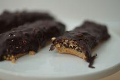 Skal du hygge i weekenden, så er det et must, at du laver disse sunde, men syndigt smagende snickersbarer, som vores yndlingsmadblogger Julie Bruun har forkælet os med. Få opskriften her!
