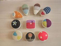陶器と羊毛のピンクッション Felt Crafts, Diy And Crafts, Japan Crafts, Embroidery Jewelry, Felt Ornaments, Wool Felt, Felted Wool, Pin Cushions, Needle Felting