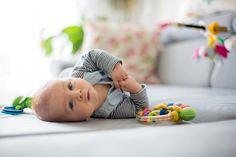Ako správne motivovať dieťa k otáčaniu sa a podporovať polohu na bruchu Cute Baby Boy, Cute Babies, Social Media Graphics, Photography Tutorials, Toddler Bed, Kids Rugs, Children, Sofa, Living Room