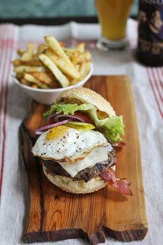 burger n fries Bistro Food, Pub Food, Cafe Food, I Love Food, Good Food, Yummy Food, Tasty, Restaurant Recipes, Restaurant Plates