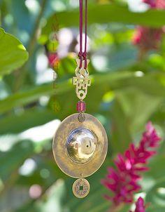 Pendentif Oriental en bronze poli, monnaie Chinoise et perle en pâte de verre colorée sur cordon soyeux framboise