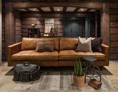 Ønsker du å innrede hytten litt mer tøfft er Classic sofa et nydelig valg med sitt litt rustikke uttrykk. Klassisk Cognac-farge er med på å skape en varme i interiøret! Classic Sofa, Couch, Furniture, Nye, Home Decor, Modern, Settee, Traditional Sofa, Sofa