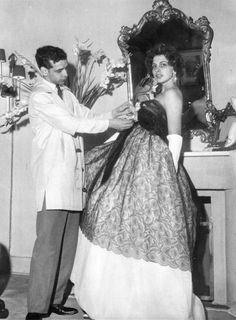 anos 50 lindos vestidos de Denner - Pesquisa Google Dener ajusta vestido em seu manequim Darcy, em 1959 Folha Imagem Mais