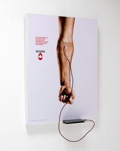 Pósters que recargan tu móvil para promover la donación de sangre
