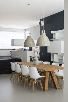 Mooie eettafel hout | eetkamerstoel | gietvloer | lamp