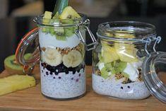 Lag på lag med frosne blåbær, skivet banan, granola, chiapudding, ananas og kiwi. Acai Bowl, Smoothies, Dairy Free, Oatmeal, Granola, Food And Drink, Low Carb, Healthy Eating, Cooking Recipes