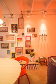 Parede vibrante com quadros gráficos e molduras coloridas.  https://www.homify.com.br/livros_de_ideias/34191/easy-8-maneiras-de-decorar-sem-gastar