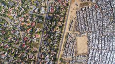 Lines Dividing Rich And Poor Photographed With Drones. Photographer Johnny Miller used a drone to give us a bird's eye view on the lines of inequality so clearly drawn in the Republic of South Africa. Drones, Social Photo, Fotografia Drone, Photo Choc, Apartheid, Capture Photo, Photo Story, Birds Eye View, New Perspective