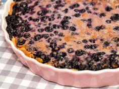 Mustikkapiiras on parhaimmillaan jäähtyneenä tai jääkaappikylmänä. Bon Appetit, Nom Nom, Sweet Tooth, Muffin, Baking, Breakfast, Desserts, Food, Finland