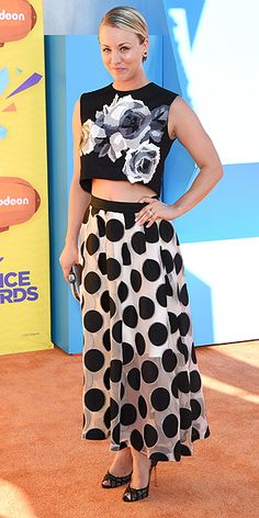 The 15 Best Orange Carpet Moments at the Kids' Choice Awards | KALEY KEEPS IT COOL | Big polka dots and bigger flowers – Cuoco-Sweating makes a memorable entrance in bold patterns and a sleeveless crop-top.