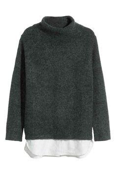 Camisola em mistura de mohair: Camisola em malha macia com uma percentagem de lã e mohair. Tem meia gola, ombros descaídos e mangas compridas. Barra inferior em tecido a prolongar o comprimento da camisola.