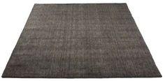 Håndknyttet tæppe i New Zealand uld. Alle tæpper er mærket med en label fra Care&Fair som sikrer der ikke er børnearbejde involveret i produkionen af tæpperne. Samtidigt er der også garanteret en donation, der er med til at forbedre vilkårene for børn i Indien, speciel sundhed og uddannelse