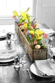 DIY Pallet Flower Box…filled with glasses of fresh flowers & decorative eggs…so easy and such a nice rustic touch for your spring table! Perfect for Easter time – classic and subtle @ Pin Your Home Easter Dinner, Easter Brunch, Easter Party, Easter Weekend, Sunday Brunch, Pallet Flower Box, Flower Boxes, Flower Ideas, Flower Holder