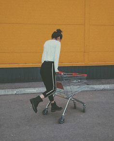 Идеи для фото Фото в инстаграмм Стиль Фото в супермаркете Poses For Photos, Photo Poses, Girl Photos, London Photography, Photography Women, Girl Hiding Face, American Photo, Fake Girls, Winter Photos