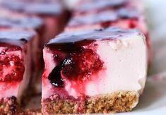 Tarta de yogur y frutos rojos sin horno | Cocina Low Calorie Desserts, Healthy Desserts, Delicious Desserts, Dessert Recipes, Healthy Recipes, Tortas Light, Kombucha, Pan Dulce, Brunch